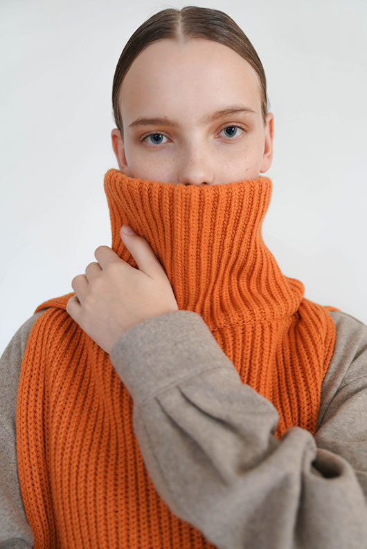 FOR HER. FINE WOOL UNISEX MUFFLER (ORANGE)